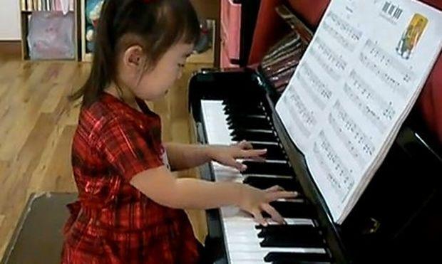 Video: 3χρονο κοριτσάκι παίζει εξαιρετικό πιάνο!
