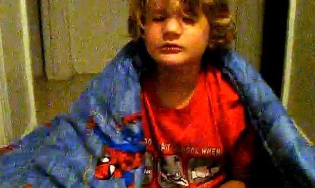 Απίθανο βίντεο: Ο μικρός υπνοβατεί και μιλάει στον ύπνο του