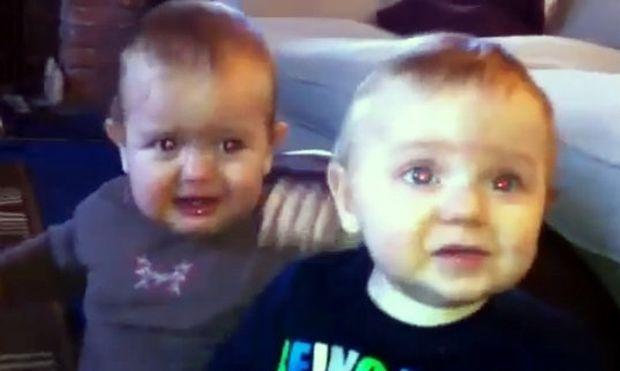 Βίντεο: Όταν τα δίδυμα τσακώνονται!