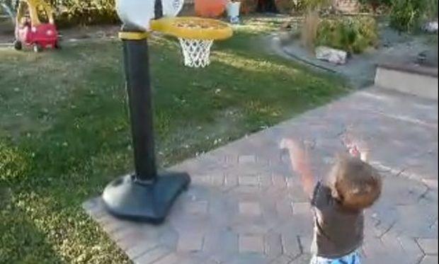 Βίντεο: Ένας μπασκετμπολίστας ετών ενάμιση!