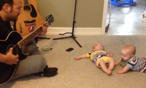 Βίντεο: Ο μπαμπάς παίζει κιθάρα και τα δίδυμα, χορεύουν!