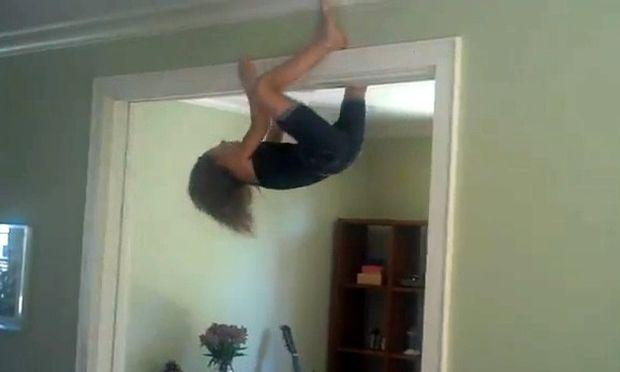 Απίστευτο spider-girl σκαρφαλώνει στις πόρτες!