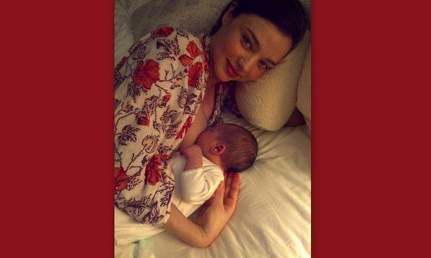 Η  Miranda Kerr σε μια από τις πιο τρυφερές στιγμές με το μωρό της!