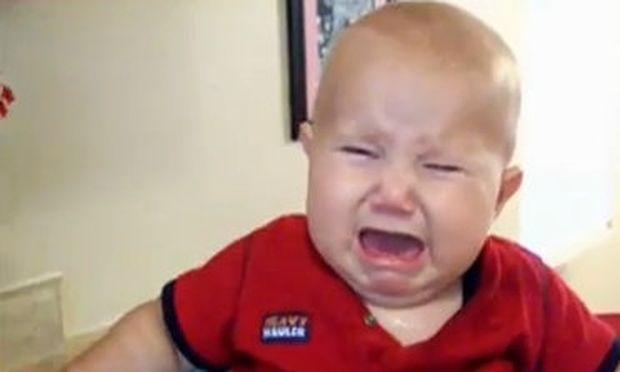 Βίντεο: Δεν πάει το μυαλό σας γιατί βάζει τα κλάματα αυτό το μωρό!