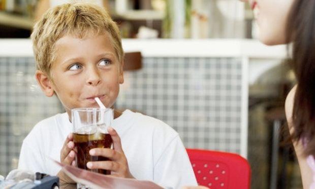 «Μαμά θέλω αναψυκτικό»… τελικά πόσο ευνοούν την παιδική παχυσαρκία;