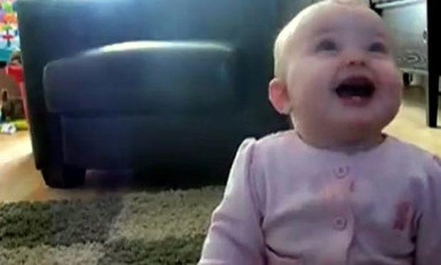 Βίντεο: Γιατί γελάει σχεδόν υστερικά η πιτσιρίκα;
