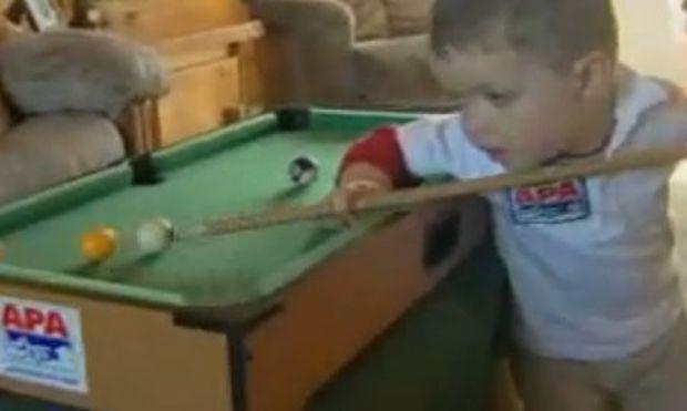 Βίντεο: 23 μηνών με μάστερ στο… μπιλιάρδο!