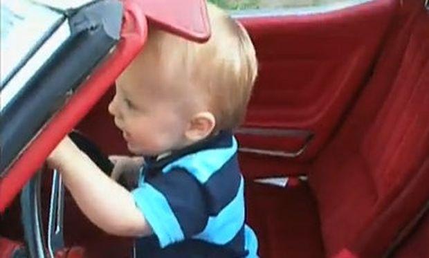 Βίντεο: Έχει πάθει ψύχωση με τα αυτοκίνητα!