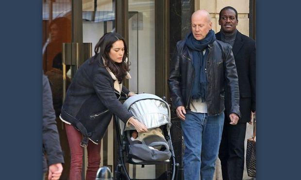 Bruce Willis: Βόλτα στο Παρίσι με τις γυναίκες της ζωής του!
