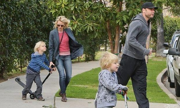 Naomi Watts: Μία μέρα στη λαϊκή για ψώνια με τα παιδιά! (φωτό)
