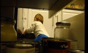 Τι κάνει ένα μικρό παιδί αν το αφήσεις μόνο στην κουζίνα;