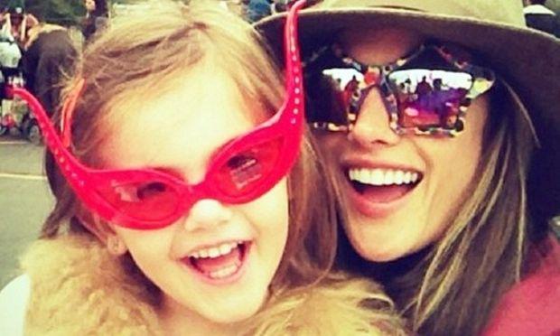Η Alessandra Ambrosio στο καρναβάλι με την κόρη της