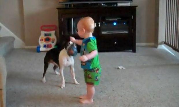 Βίντεο: Τα απίθανα παιχνίδια διδύμων με τον σκύλο τους!