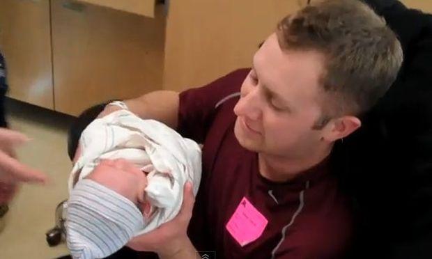 Βίντεο: Η συγκίνηση ενός μπαμπά όταν κρατά για πρώτη φορά στην αγκαλιά του την κόρη του!