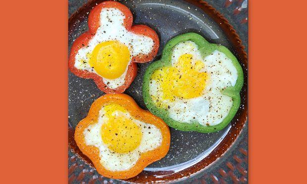 Χρωματιστά λουλούδια σε… τηγανιτά αυγά!
