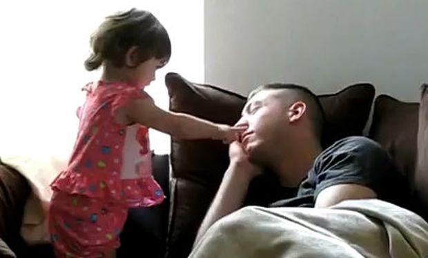 Βίντεο: Δείτε τι κάνει μια πιτσιρίκα για να ξυπνήσει τον μπαμπά της!