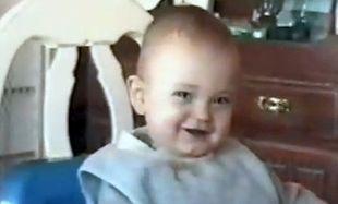Βίντεο: Το μωρό που γελάει σαν να ήταν… δελφίνι!