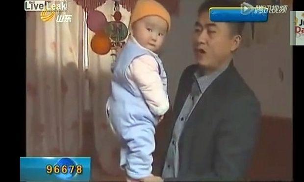 Είναι 4 μηνών και της αρέσει να στέκεται όρθια στο χέρι του μπαμπά της!