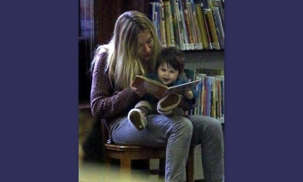 Sienna Miller: Η κόρη της είναι μόλις επτά μηνών και την πάει στη δημόσια βιβλιοθήκη