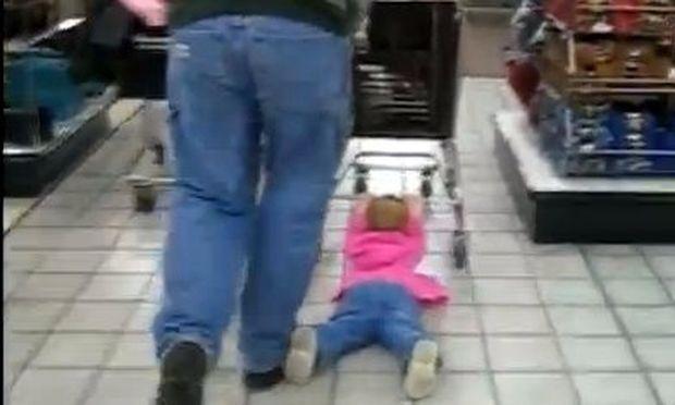 Βίντεο: Έτσι της αρέσει να ψωνίζει με τον μπαμπά της στο σούπερ μάρκετ!