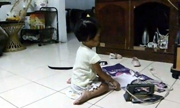 Ήθελε να βοηθήσει τη μαμά και άρχισε να σιδερώνει στα 2 της!