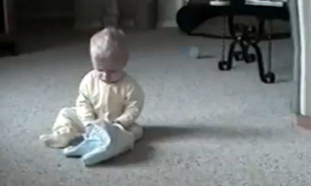 Βίντεο: Δείτε τι θα πάθει το μωρό που κάθεται αμέριμνο και παίζει!