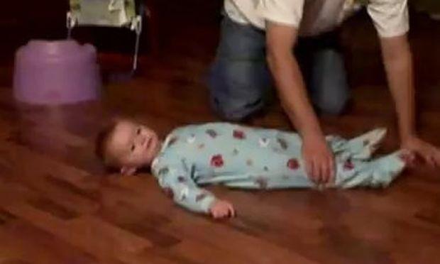 Βίντεο: Το… σπινάρισμα ενός μωρού!