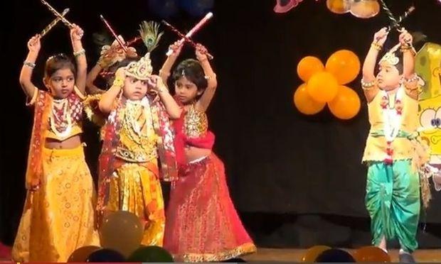 Παλεύει με το στέμμα για να χορέψει παραδοσιακό Ινδικό χορό!