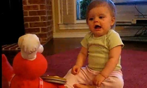 Βίντεο: Χορεύοντας και τραγουδώντας με τον Elmo
