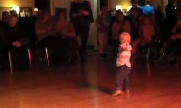 Βίντεο: O απίθανος χορός ενός δίχρονου!