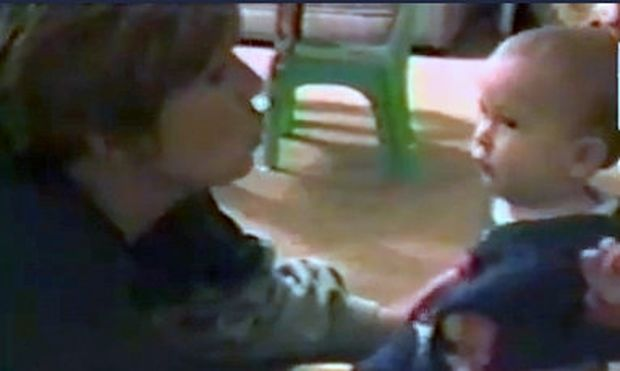 Βίντεο: Ο πιτσιρικάς έχει ψύχωση με τις τσιχλόφουσκες