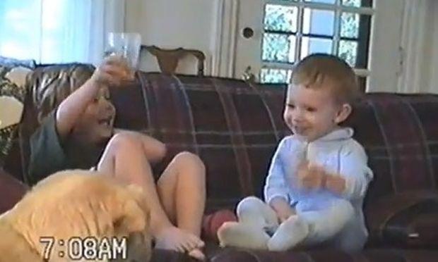 Γελούσε υστερικά με την αδερφή του και τώρα που μεγάλωσε το έβαλε στο Youtube