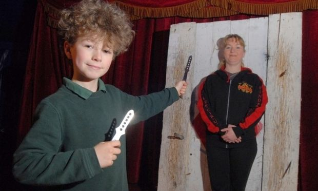 Ο 10χρονος που πετάει κάθε μέρα μαχαίρια στη μαμά του!