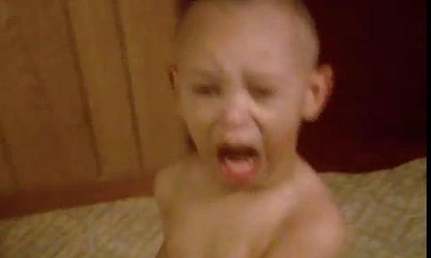 Βίντεο: Δείτε πώς αντιδρά το πιτσιρίκι όταν δοκιμάζει τσίχλα!