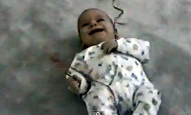 Βίντεο: Δεν μπορεί να σταματήσει να γελάει!