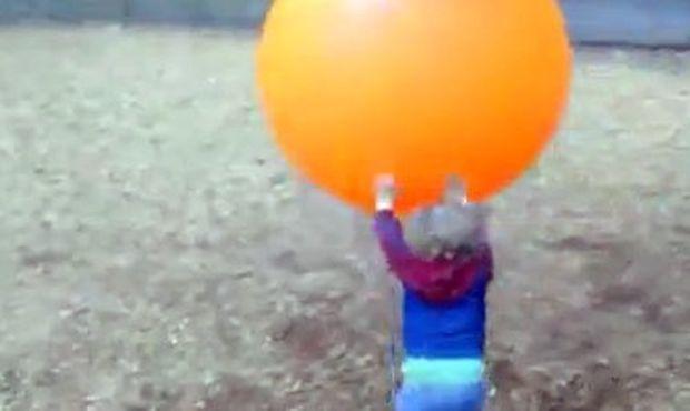 Βίντεο: Ο… πόλεμος ενός μπόμπιρα με μία τεράστια πορτοκαλί μπάλα!