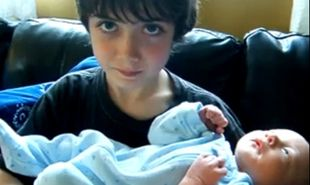 Συγκινητική στιγμή: Ο μεγάλος αδελφός συναντά για πρώτη φορά τον μικρό!