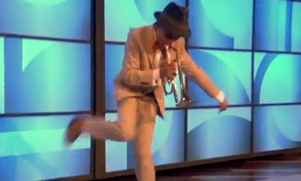 Βίντεο: Απίθανος 12χρονος παίζει τρομπέτα και χορεύει κλακέτες συγχρόνως!