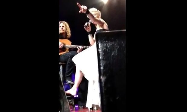Η Pink σταμάτησε συναυλία για να δει γιατί έκλαιγε ένα μικρό κορίτσι!