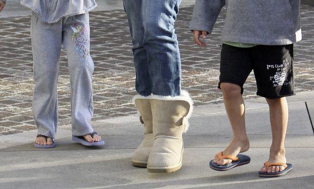 Jennifer Lopez: τα παιδιά με σαγιονάρες και η ίδια με... μποτάρες!