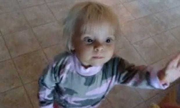 Βίντεο: Το πιο ευγενικό κοριτσάκι στον κόσμο!