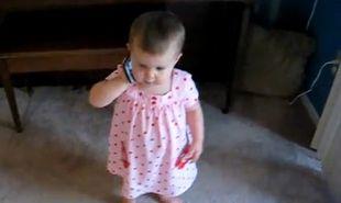 Βίντεο: Έχετε δει μωρό να μιλάει στο τηλέφωνο;