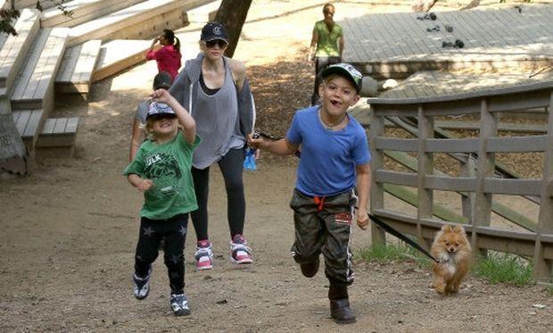 Gwen Stefani: Μία ηλιόλουστη μέρα με τους γιους της στο πάρκο! (φωτό)