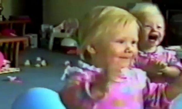 Βίντεο: Δείτε με τι χαίρονται τα δίδυμα κοριτσάκια!