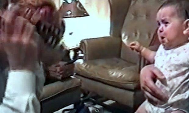 Βίντεο: Κλαίει όταν ο μπαμπάς βγάζει την τρομακτική μάσκα, σταματά όταν την ξαναβάζει!