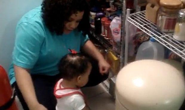 Βίντεο:11 μηνών κοριτσάκι τσακώνεται με τη μαμά του!