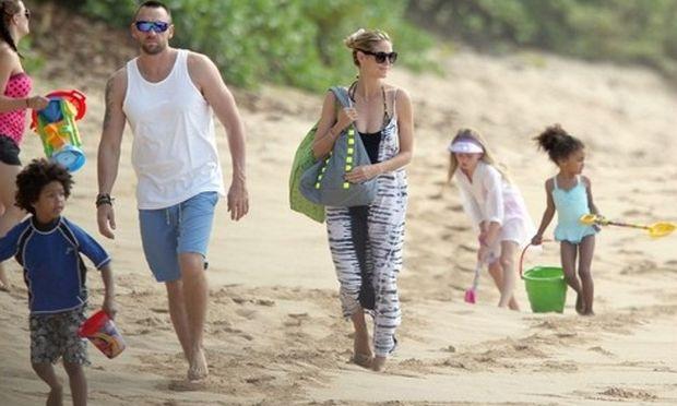 Η Heidi Klum με τα παιδιά και τα κουβαδάκια στα..κύματα!