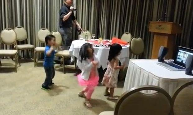 Ξεσάλωσαν με Gangnam στο πάρτι συνταξιοδότησης του παππού τους!