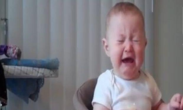 Βίντεο: Δεν φαντάζεστε γιατί βάζει τα κλάματα ο μπόμπιρας!