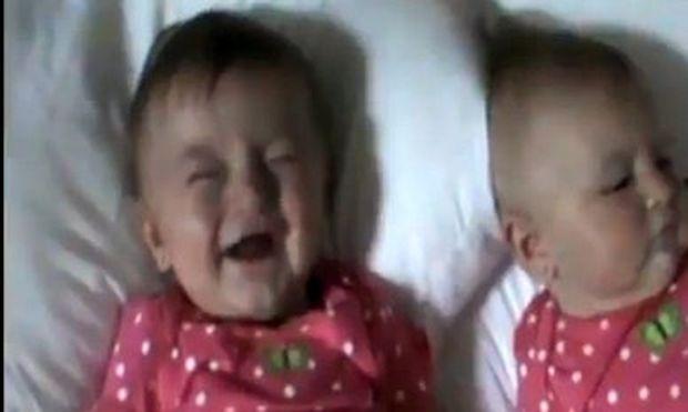 Βίντεο: Δεν φαντάζεστε τι κάνει τις δίδυμες να τρελαθούν στα γέλια!